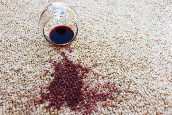 Rotwein-auf-Teppich